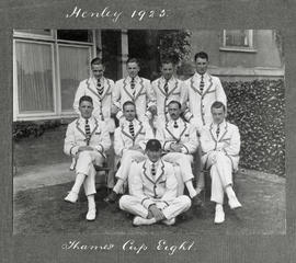 Henley 1925 - Thames Cup eight posing